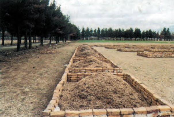 انباشتن ضایعات کشاورزی برای تبدیل به کمپوست