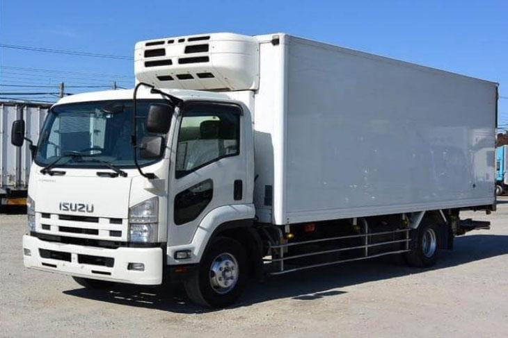 شکل ۱- مخازن حمل ماهی و وسیله نقلیه جهت حمل محصولات شیلاتی